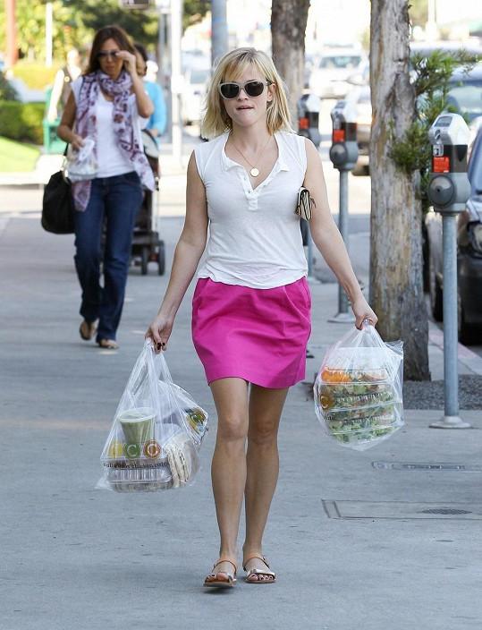 Dnes Reese nakupuje potraviny v supermarketu.