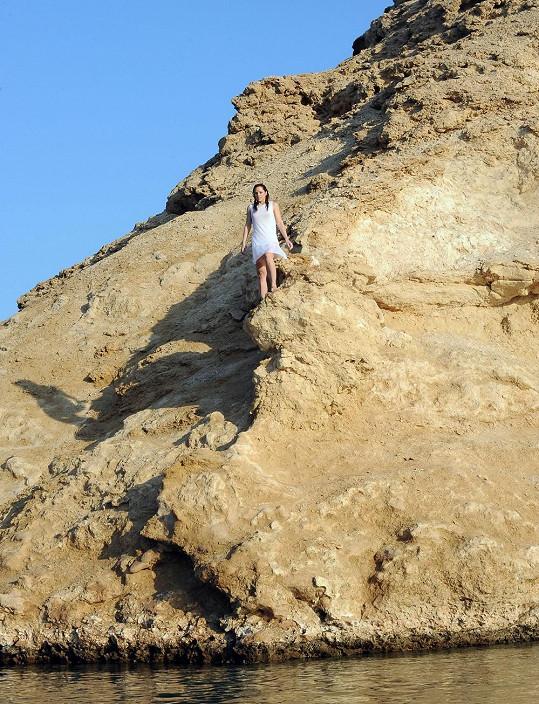 Míša musela skočit ze skály do pohádkové laguny.
