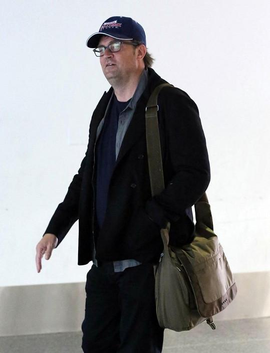 Chandler z Přátel na letišti v Los Angeles