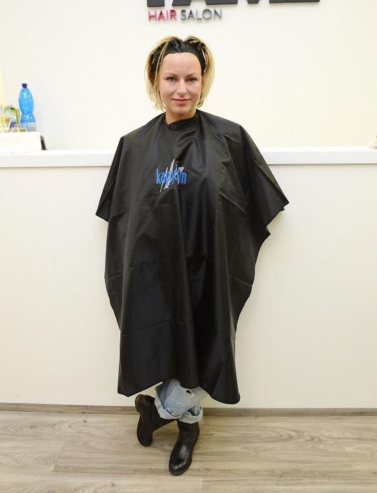 Martina si nechala nanést podivnou kúru, aby jí vlasy rychleji rostly.