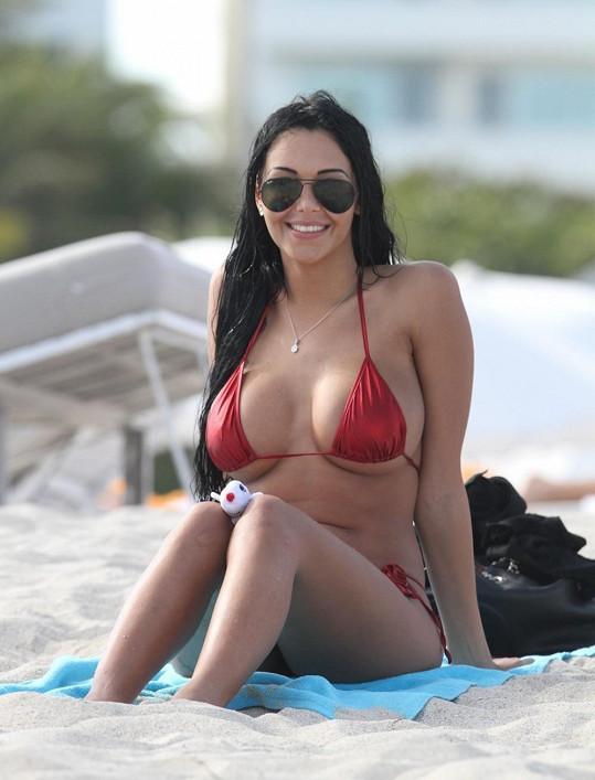 Nabilla vystavuje své tělo na Miami Beach.