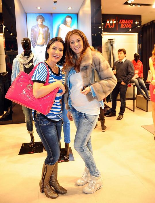 Gábina Partyšová s kamarádkou Pavlou Hrbkovou, která je v osmém měsíci těhotenství.