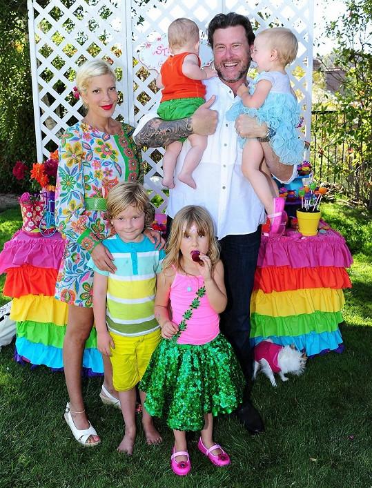 Tori s manželem a jejich dětmi měnili bydliště již třikrát během dvou let.