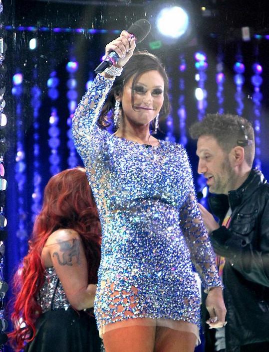Jenni moderovala silvestrovskou párty na Times Square ve velmi krátkých šatičkách. Teď lituje...