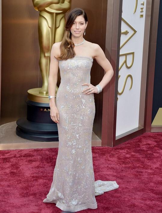 V tomto souhvězdí byla Jessica hvězdičkou, která omračovala svou září v měkké třpytivé pastelové paletě. Couture šaty bez ramínek z jarní kolekce Chanel 2014 po herečce klouzaly jako tekuté stříbro.