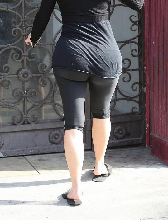Kardashian už léta chodí cvičit v černých legínách, které upozorní na každé kilo.