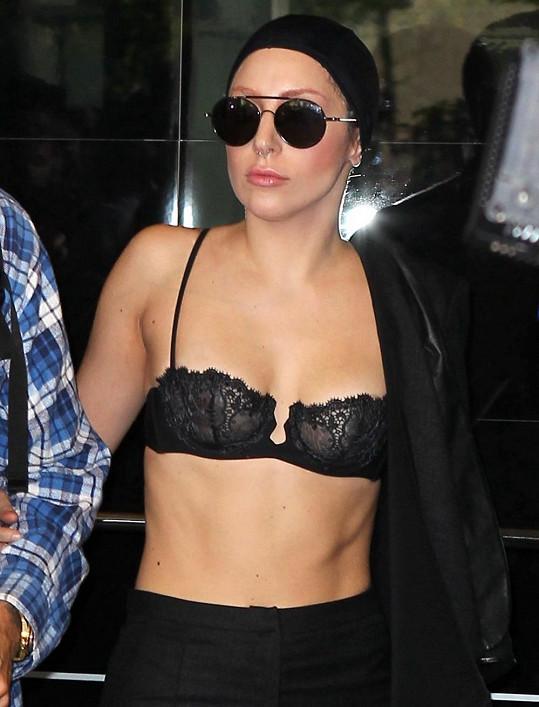 Gaga se nebojí odhalovat své tělo.