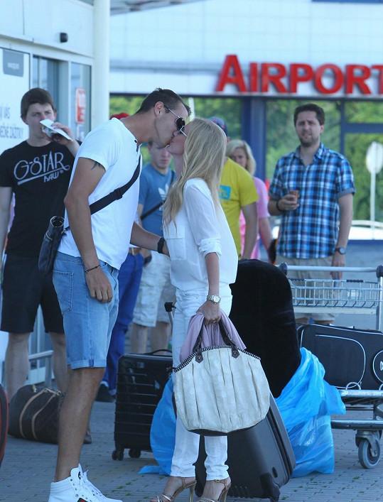Michaelu Ochotskou přivítal po návratu z Tater na letišti její snoubenec Lukáš Rosol.