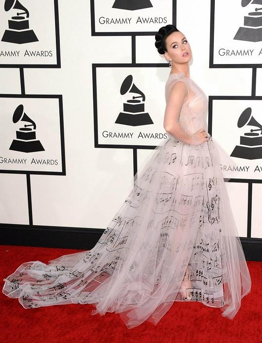 Katy Perry v senzačních šatech s notami na předávání hudebních cen Grammy