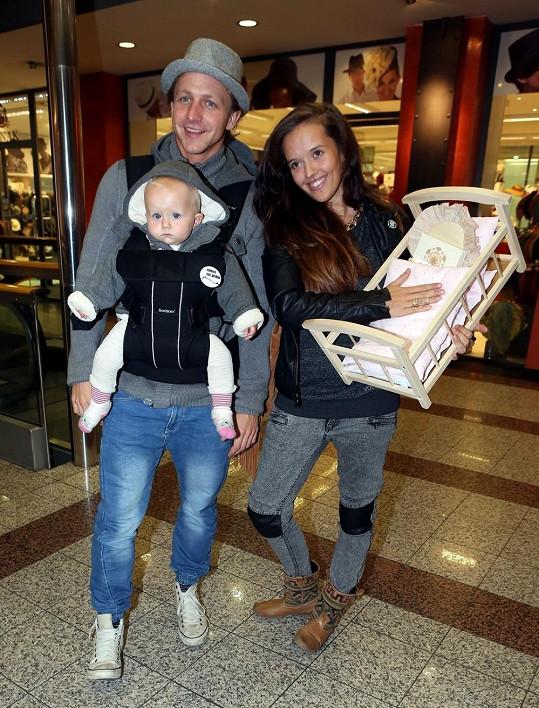 Tomáš Klus zapózoval s dcerou Josefínou a manželkou Tamarou.