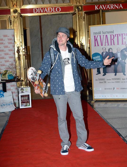 Karel na vlastnoručně položeném koberci předváděl v rámci módní show.
