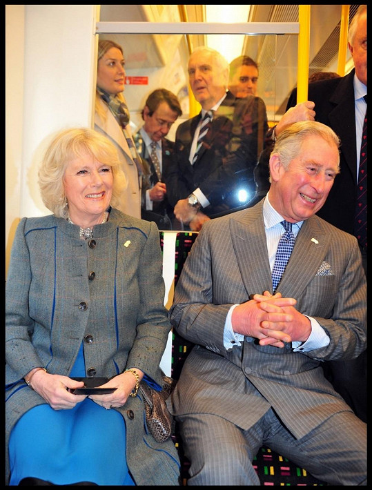 Camilla i Charles si jízdu metrem užívali.