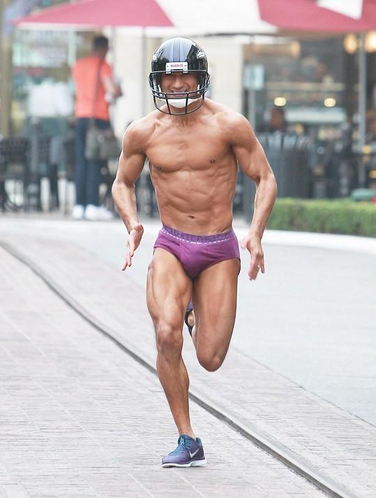 Mario Lopez se musel téměř nahý proběhnout po Los Angeles.
