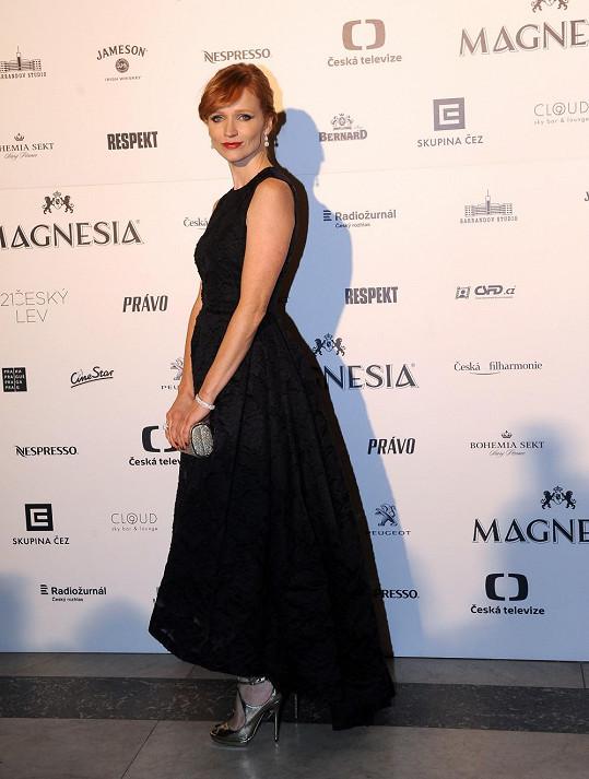 Aňa Geislerová vsadila na klasický model se sukní ve tvaru písmene A, která ale poutala pozornost šikmě sestřiženou linií. Šaty H&M doplnila šperky Alo Diamonds v hodnotě 2,2 miliónu korun.