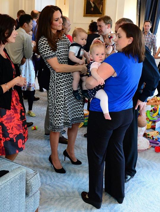 Na setkání s rodiči oblékla vévodkyně černobílé šaty z resort kolekce designéra Tory Burche.