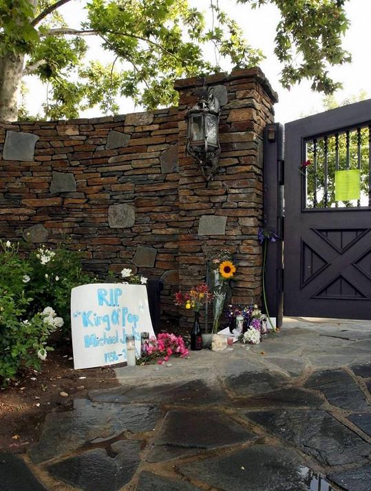 Před branami Neverlandu jsou stále květiny a vzkazy od fanoušků.