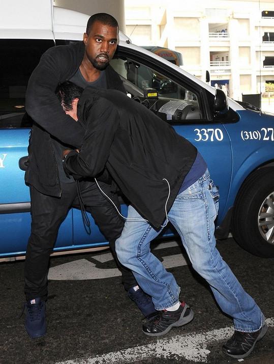Bouřlivák Kanye nemá fotografy v lásce.