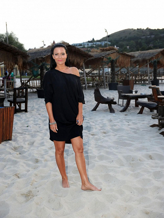Moderátorce bylo ze studeného písku zima na nohy, tak hledala, kam se usadit.