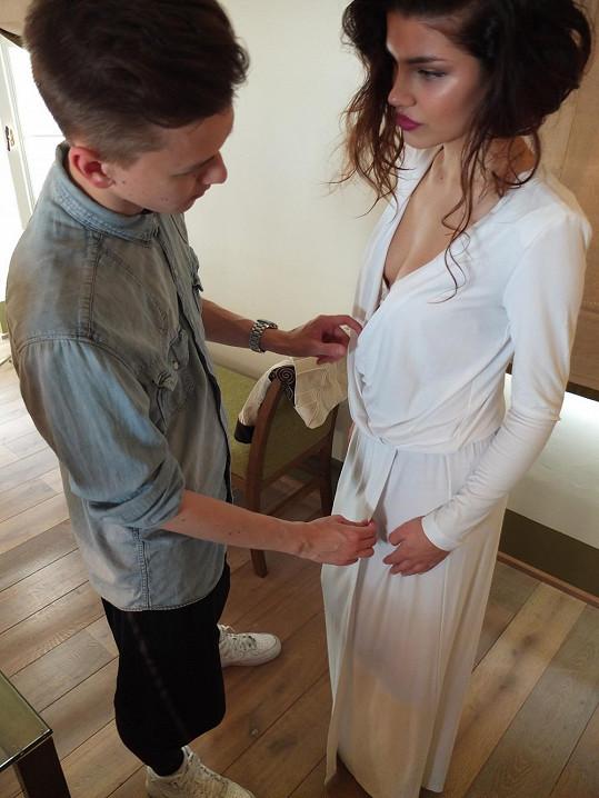 Návrhář Michael Kováčik upravuje model na loňské Miss Slovensko.