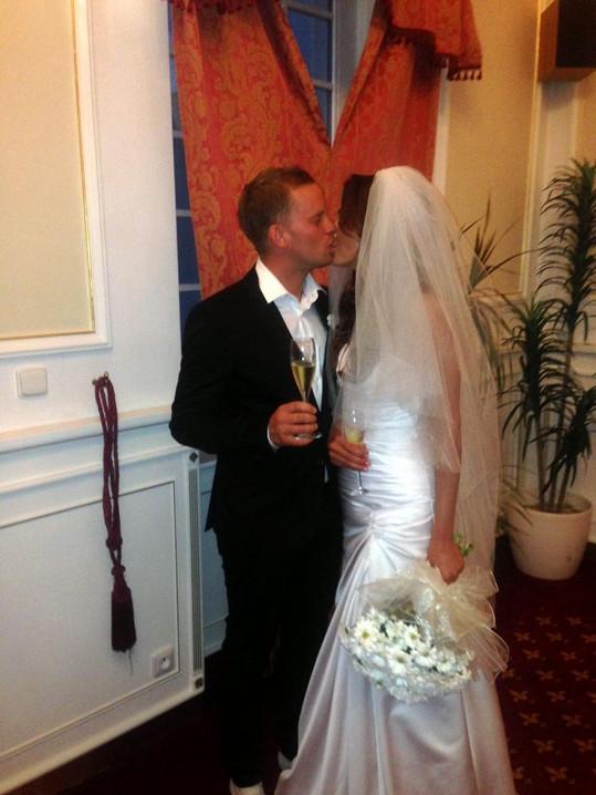 První manželské políbení manželů.