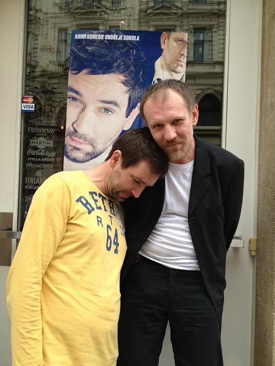Smutný Sokol pláče kolegovi Martinu Fingerovi na rameni.
