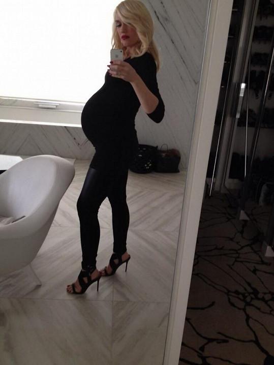Gwen Stefani s těhotenským bříškem