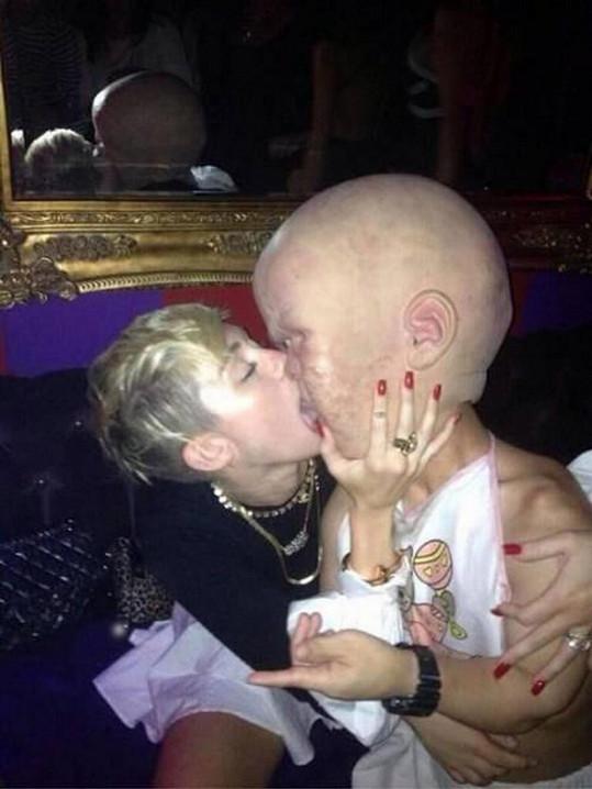Miley Cyrus je poslední dobou jako utržená ze řetězu.