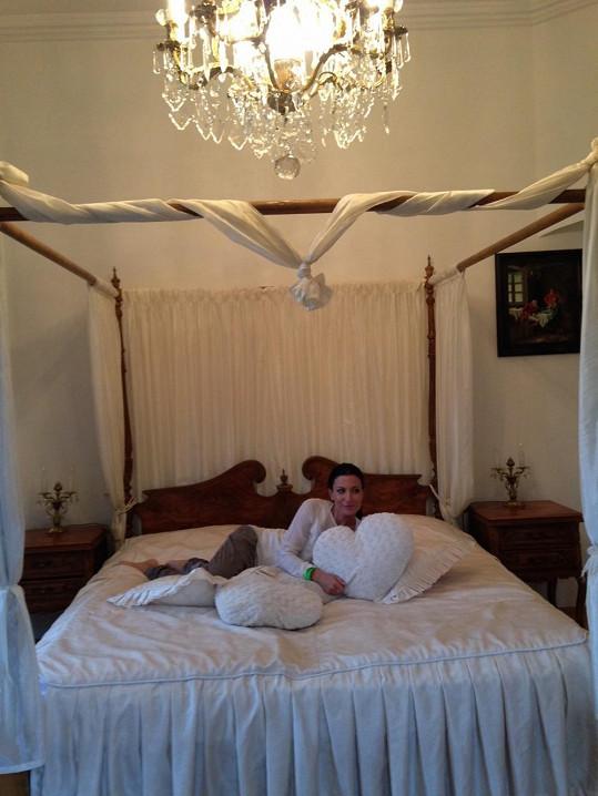 Na téhle posteli lehávala Gábina s Pepou Koktou...