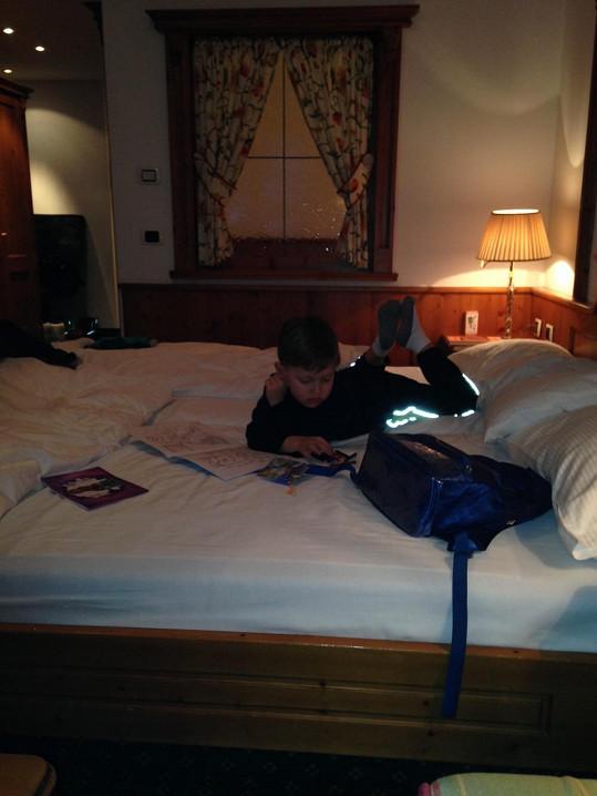 Kristian na hotelovém pokoji...