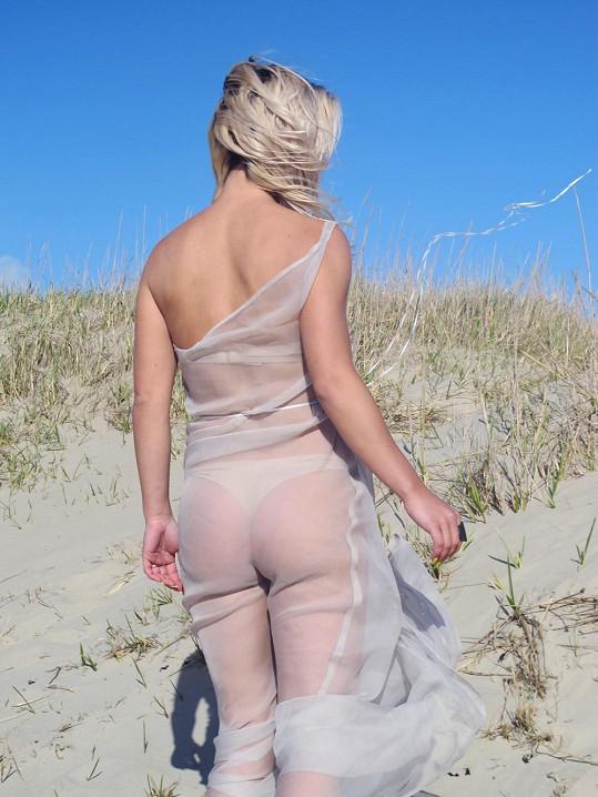 Zpěvaččiny šaty na sluníčku opravdu hodně prosvítaly.