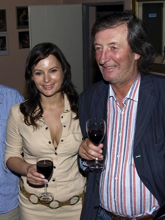 Jitka Čvančarová s Bolkem Polívkou, který se jí gentlemansky nedívá do hlubokého výstřihu.