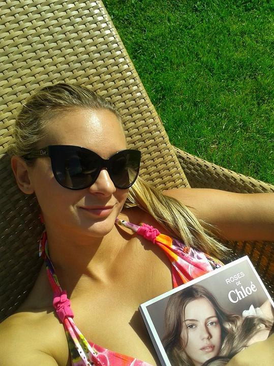 Bára si užívá posledního sluníčka na lehátku s časopisem v ruce.