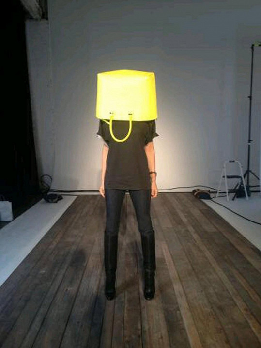 Victoria Beckham s taškou na hlavě