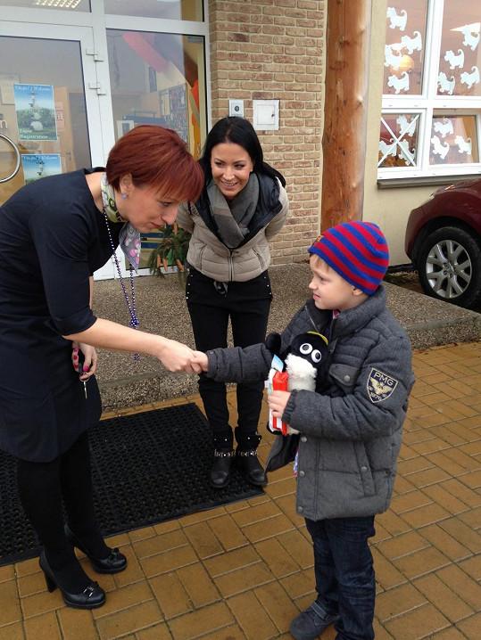 Kristiana přivítala ředitelka školy...