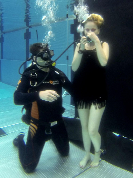 Tereze pod vodou pomáhal potápěč.