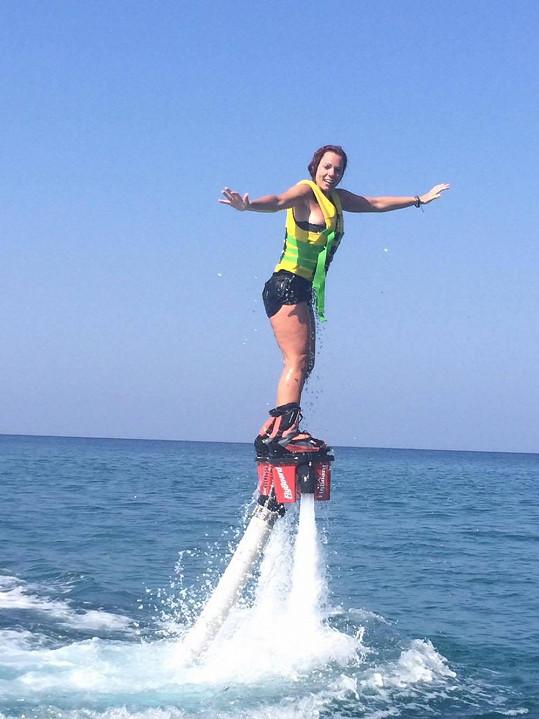 Vyzkoušela také flyboard.