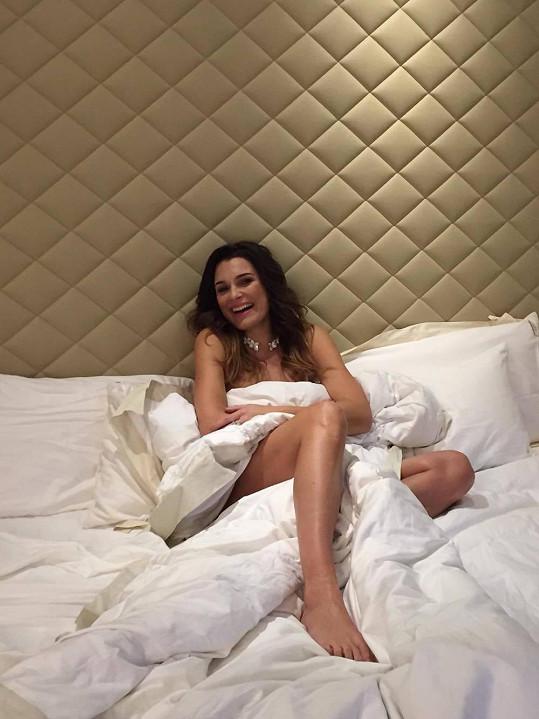 Takto vznikal snímek v posteli.