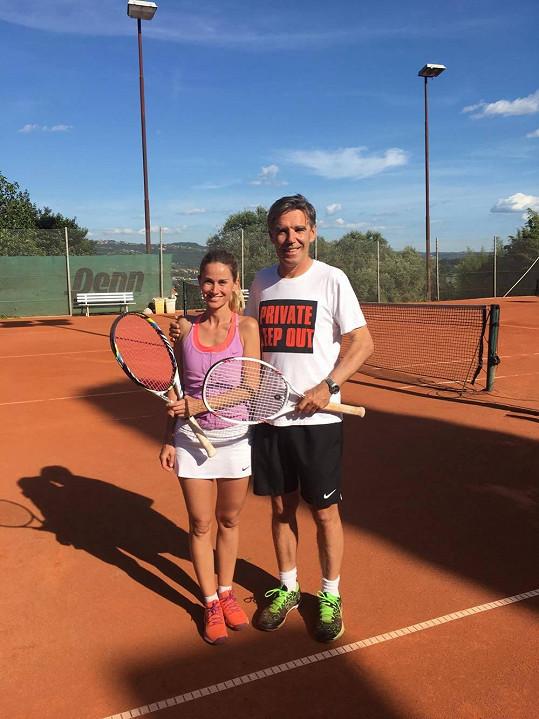V létě hraje také tenis a je v něm dobrá.