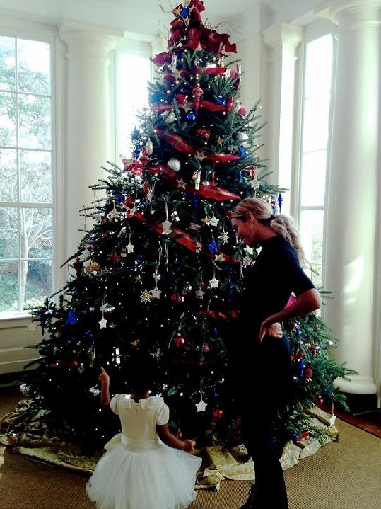 Beyoncé s Blue Ivy obdivovaly vánoční strom v Bílém domě.