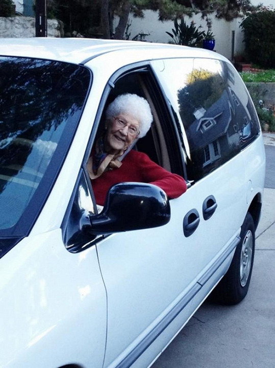 Paní Kirchmaier ještě pořád řídí auto.