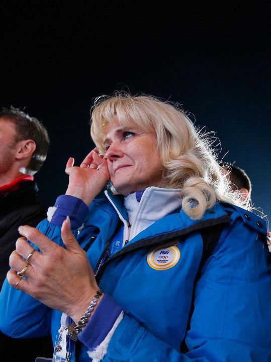 Martina Sáblíková vyhrála zlatou medaili na své královské pětikilometrové trati a maminka se dojetím rozplakala.