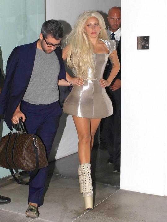 Gaga si již na bláznivé kostýmy a boty tolik nepotrpí. Tento byl výjimkou.
