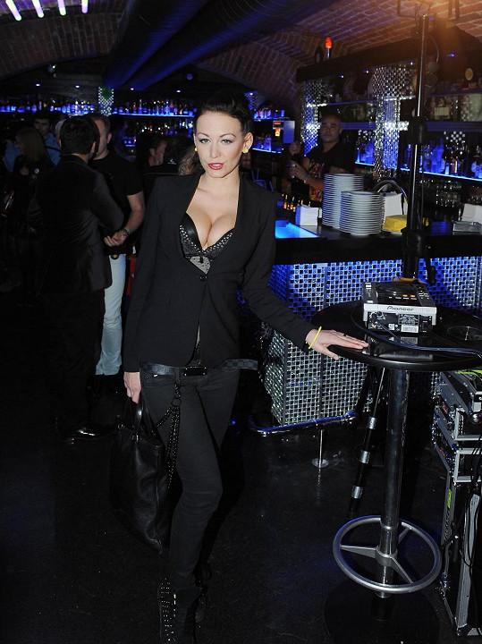 Agáta na večírku, kde zpívala zpěvačka Sandra.