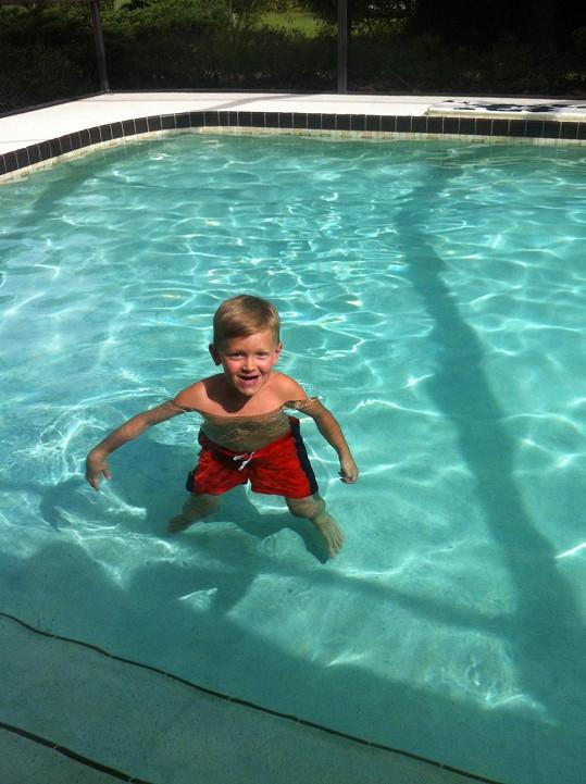 Takhle se malý Kokta loučil s bazénem ve vile.