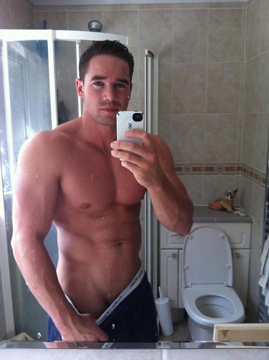 Typické fotky v koupelně v zrcadle se záchodovou kulisou.