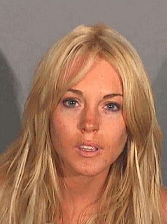 První policejní snímek - Lindsay byla zadržena za řízení v opilosti.