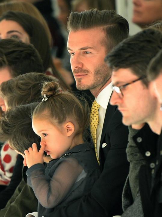Harper Beckham si krátila dlouhou chvíli po svém.
