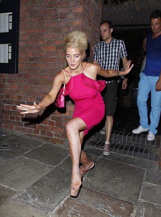 Helen Flanagan dokáže elegantně i padat k zemi.