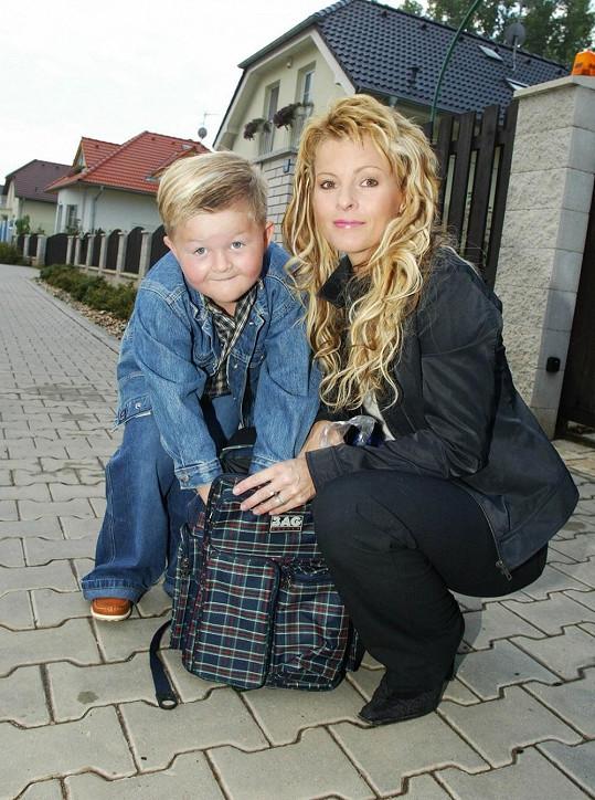 Iveta Bartošová s malým Arturem v roce 2000