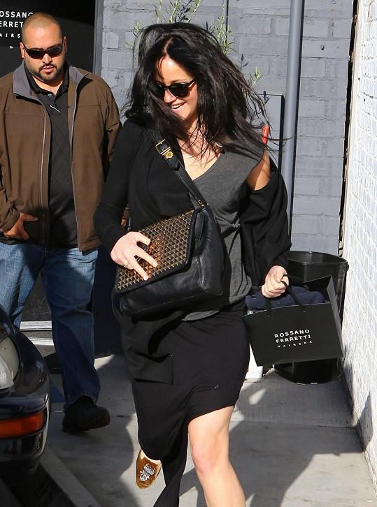 Jennifer je jako brunetka podobná Katy Perry.